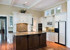Traditional Two-Tone Kitchen Cabinets #03 (Kitchen-Design-Ideas.org)