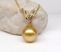 Whether you are looking for a vintage and unique pearl jewelry within your budget? Pearl Jewelry, Jewelry Art, Gold Jewelry, Jewelry Accessories, Jewelry Design, Pearl Earrings, Jewellery, Gold Pattern, Girls Necklaces