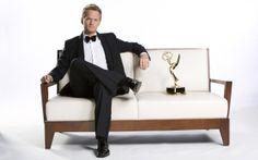 """Neil Patrick Harris, famoso attore americano, seduto in compagnia del suo """"Emmy Awards 2010"""" come migliore attore #guest di serie TV!"""