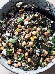 Video: Quinoasalat med bagt squash & feta // Hvordan laver man den bedste salat? – Emma Martiny