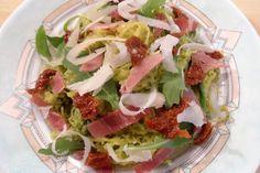 Courge spaghetti au pesto de roquette, jambon cru, tomates séchées et copeaux de parmesan
