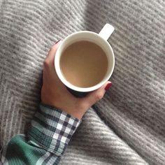 Hefeteig und ich sitzen unter der warmen Decke auf der Couch und warten auf Brötchenservice. #weekend#slow#coffee#lazy#urbanara#morning#autumn#samstagskaffee#home  @cestdarlinchen