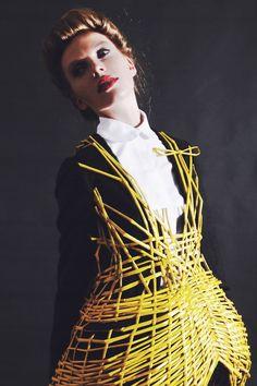 Diplômée de l'Utrecht University of the Arts en 2012, Judith Van Vliet interroge le vêtement et la matière par un savant jeu de superposition et de juxtaposition d'une coupe très classi…