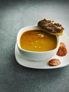 Spaanse soep met kikkererwten en chorizo