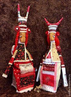 Маковна и Маковка. Маковна и Маковка, прелестные древнеславянские духи, живущие в прекрасном цветке Мака, на огромном полевом лугу.   Куколки сидят на маленьких комодиках.   Куклы сейчас на выставке ' Искусство…