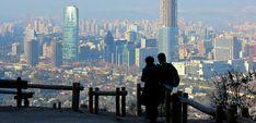 Top 10 des choses à faire à Santiago au Chili, des hauteurs du Cerro San Cristobal au musée d'art précolombien. Tout pour ne rien manquer de la ville! Chili, New York Skyline, Travel, Santiago, Things To Do, City, Viajes, Chilis, Trips