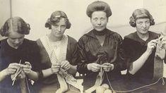 Stickende Frauen (von links) Irma Wurm, eine Freundin der Tochter, Frau Wurm und Grete Wurm. Alois Wurm war Direktor des Stahlwerks Osnabrück.