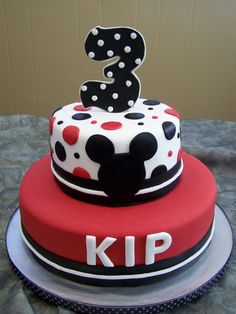 10- and 6-inch round fondant with fondant accents.