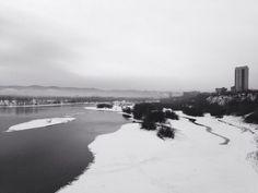 Старая зимняя фотография Енисея. Вид с моста с левого на правый берег. Красноярск.