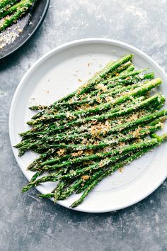 Delicious roasted asparagus with the perfect easy seasoning blend and grated parmesan cheese. Add a little crunch to your roasted asparagus with Panko. Oven Roasted Asparagus, Parmesan Asparagus, Grilled Asparagus, Asparagus Recipe, Healthy Side Dishes, Side Dishes Easy, Vegetable Side Dishes, Side Dish Recipes, Vegetable Recipes