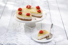 Kesän raikkaimmassa juustokakussa yhdistyvät appelsiini, raparperi ja mansikat. Tämäkin herkullinen juustokakkuresepti vain noin 0,60 €/annos*.