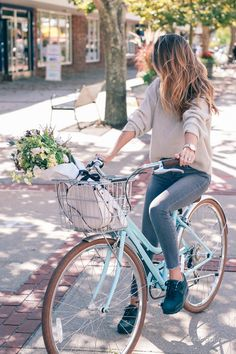 Fall styles 113575221832468944 - isabel-marant-sweater-paige-jeans-nike-air-max-sneakers-prosecco-and-plaid Source by lyddiegal Photo Velo, Velo Design, Retro Bike, Cycle Chic, Bicycle Girl, Jeans And Sneakers, Nike Sneakers, Sneakers Style, Winter Mode