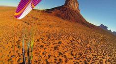 Sorvoliamo in paramotore la Monument Valley