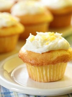 These delicious Lemonade Cupcakes will surely win your heats with its taste and flavour. And we promise you won't ever go back to the normal cupcakes! Bake these cupcakes during a special occasion or a birthday party. Lemon Cupcakes, Vanilla Cupcakes, Vanilla Cake, Kosher Recipes, Baking Recipes, Classic Cupcake Recipe, Churros, Yummy Treats, Sweet Treats