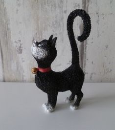 Kijk deze zwarte kat is met een mooie krul in zijn staart Cat Statue, Dinosaur Stuffed Animal, Christmas Ornaments, Toys, Holiday Decor, Animals, Home Decor, Activity Toys, Animales