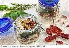 Mischung aus getrockneten Zutaten für ein Risotto in Gläsern zum Verschenken 11051522