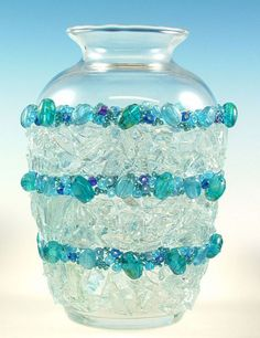 Glass Crafts: How to Upcycle Bottles Using Stained Glass Mosaic Cobbles Mosaic Bottles, Mosaic Vase, Glass Bottles, Mosaic Planters, Bottle Candles, Mosaic Mirrors, Mosaic Crafts, Mosaic Projects, Beaded Crafts