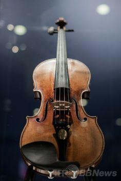 香港の競売大手クリスティーズ(Christie's)で展示された、仏バイオリニストのロドルフ・クロイツェル(ロドルフ・クレゼール、Rodolphe Kreutzer)が一時所有していたバイオリンの名器ストラディバリウス(Stradivarius、2014年5月21日撮影)。(c)AFP/Philippe Lopez ▼22May2014AFP|クロイツェルのストラディバリウスが競売へ、落札予想は10億円 http://www.afpbb.com/articles/-/3015596 #Stradivarius