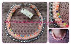 Colgante de cadena, trenzado en color rosa pálido y decorado con 'strass'  Precio: 6,50 €/unidad