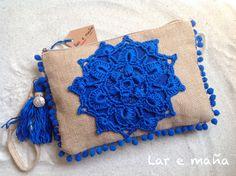 Bolso de rafia con aplicación de crochet hecho   a mano. www.laremana.blogspot.com