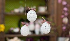 Virkbeskrivning till vita, skira ägg som passar perfekt för att pryda påskriset med.