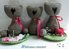 Gatto amigurumi all'uncinetto in cotone con cuore/fiori e scritta personalizzabile.Idea regalo,bomboniera,gadgets,regalo San Valentino