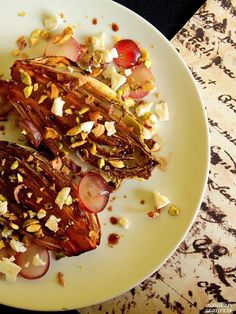 Grillowana cykoria z pistacjami, kozim serem i winogronami