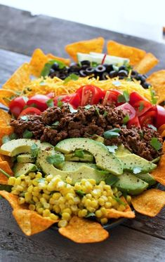 Ensalada cobb encima de una cama de Doritos. Saludable y sabroso. | 16 Deliciosas recetas con Doritos que te harán agua la boca
