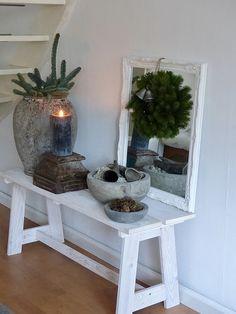 Toptip voor seizoentafel! Groepjes met mooie spulletjes. Op bankje: zelf maken? Home Design Decor, House Design, Interior Design, Home Decor, Christmas 2019, Home Living Room, Potted Plants, Entryway Tables, Inspiration