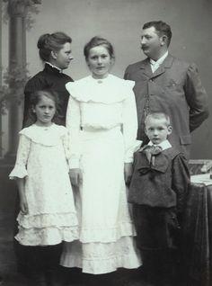 Old Photos, Vintage Photos, We Are Family, Edwardian Era, Family Pictures, Time Travel, Family Portraits, Take That, Museum