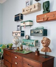 Vintage suitcase shelves make for an awesome project! These gorgeous vintage suitcase shelves come via Ki Nassauer. Read on for DIY instructions. Vintage Suitcases, Vintage Luggage, Vintage Trunks, Vintage Travel Decor, Vintage Suitcase Decor, Antique Trunks, Suitcase Shelves, Suitcase Display, Suitcase Chair
