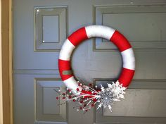 Make decoration mobile. Christmas or change out to blue for a patriotic wreath. Christmas Makes, All Things Christmas, Winter Christmas, Christmas Ideas, Holiday Crafts, Holiday Fun, Diy Yarn Wreath, Christmas Yarn Wreaths, Jingle All The Way