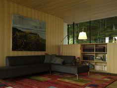 Bungalow-Feeling mit holzvertäfelten Wänden und Decken