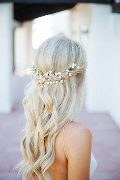 Nupcial peinado ondulado largo con flores
