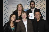 """Acteurs Melody Klaver; Anneke Blok; Martijn Lakemeier en Raymond Thiry met regisseur Martin Koolhoven op de uitreiking van de DVD van de film """"Oorlogswinter"""" op 29 april 2009."""