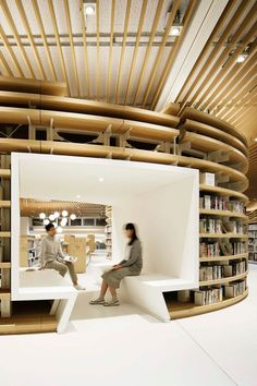 River-inspired Japanese library becomes a favorite meeting point for kids Photo: Atsushi Ishida architecture River-inspired Japanese library becomes a favorite meeting point for kids Public Library Design, City Library, Modern Library, Central Library, Public Libraries, The Library, School Library Design, Photo Library, Design Commercial