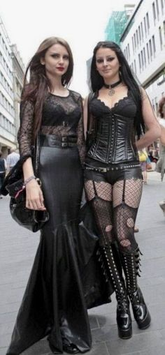 Top Gothic Fashion Tips To Keep You In Style. As trends change, and you age, be willing to alter your style so that you can always look your best. Consistently using good gothic fashion sense can help Hot Goth Girls, Gothic Girls, Alternative Mode, Alternative Fashion, Goth Beauty, Dark Beauty, Jean Sexy, Gothic Models, Goth Women