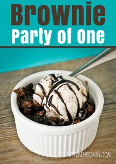 Brownie Party Of One Single Serve Brownie A La Mode No egg required, cooks in 70 seconds! Ok but Not worth the calories. Single Serve Brownie, Single Serve Desserts, Single Serving Recipes, Fun Desserts, Delicious Desserts, Dessert Recipes, Yummy Food, Single Serving Cake, Mug Recipes