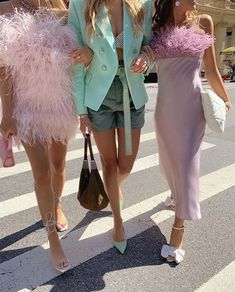 Discovered by 𝓥𝓲𝓬𝓽ღ 𝓻𝓲𝓪. Find images and videos about girl, fashion and style on We Heart It - the app to get lost in what you love. Pastel Fashion, Colorful Fashion, High Fashion, Haute Couture Style, Parisian Girl, Runway Fashion, Fashion Outfits, Looks Chic, Lookbook