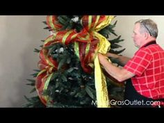 Video Tutorial: How to Decorate a Christmas Tree with Deco Poly Mesh Noel Christmas, Christmas Projects, Winter Christmas, All Things Christmas, Holiday Crafts, Holiday Fun, Christmas Tree With Mesh, Holiday Decor, Diy Weihnachten