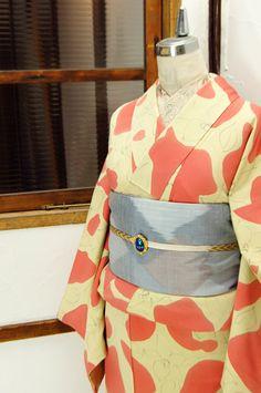 クリーム色とストロベリーピンクで染め出された大胆なデザインの袷着物です。