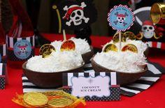 Para tu fiesta pirata, sirve helado en cáscaras de coco - adorna con monedas doradas! Via blog.fiestafacil.com / For your pirate party, serve icecream in coconut shells! Decorate with plastic gold coins