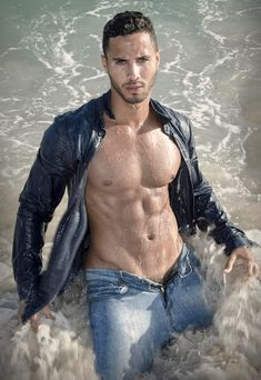 A man in jeans is hot. A man in wet jeans is even hotter. Tatted Men, Love Jeans, Hommes Sexy, Sexy Shirts, Male Physique, Male Beauty, Male Body, Sensual, Male Models
