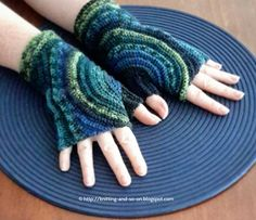 Keep your hands warm this winter with these stylish and unique fingerless gloves. They are crocheted around the thumb which allows you to show off your variegated yarn to the best effect.  crochet tutorial, crochet pattern, free crochet pattern, crochet, free online crochet pattern, crochet patterns, crochet design,  Häkelmuster, Häkelanleitung, Gratisanleitung häkeln, Gratishäkelanleitung, крючок,крючком, haak, hekler, hekling, 鉤編み, かぎ編み, かぎ針編み, 鉤針編織, crochê, szydełkować, virka, Virkning…