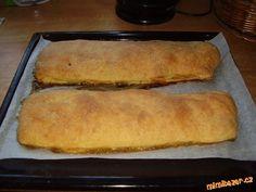 Změklou Heru ručně zpracujeme s tvarohem a moukou na těsto a rozválíme dvě placky, naplníme strouhan... Hot Dog Buns, Hot Dogs, Bread, Recipes, Food, Anna, Kitchen, Cuisine, Rezepte