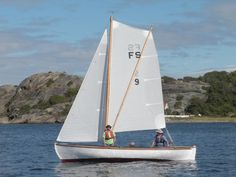 The line running from the top of the mast to the top of the sprit serves to flatten or increase the depth of the upper part of the mainsail, thus improving sail trim and safety in varying wind conditions.