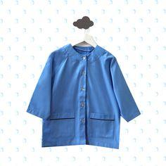 Aujourd'hui, on vous présente notre nouvelle blouse Andréa. Classique, couleur ciel, elle sera parfaite pour la rentrée de vos petits 👦👧 !!