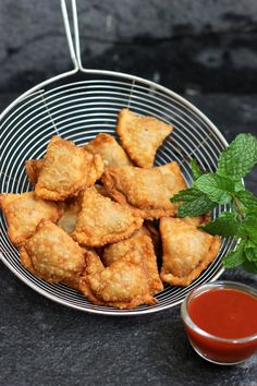 Chicken Samosa Homemade samosa pastry, stuffed with spicy chicken. Crispy and flaky samosa pastry. Step by step pics to stuffing samosa Chicken Samosa Recipes, Indian Chicken Recipes, Haitian Food Recipes, Indian Food Recipes, Asian Recipes, Curry Recipes, Beef Recipes, Snack Recipes, Cooking Recipes
