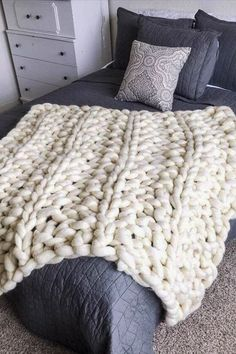 arm knitting How to Make an Arm Knit Blanket in Less Than an Hour (Video) Chunky Blanket, Chunky Yarn, Chunky Knits, Chunky Crochet, Hand Knit Blanket, Big Fluffy Blanket, Big Yarn Blanket, Chunky Knit Throw, Double Crochet