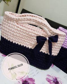 İpim biraz kalındı ama yinede ördüm tabandaki renk koyu mordur resimde siyah gibi çıkmış sabah görüsmek üzere 😊 İyi geceler 🙋💼 .… Crochet Clutch, Crochet Handbags, Crochet Purses, Crochet Art, Learn To Crochet, Crochet Patterns, Diy Crafts Knitting, Crochet Projects, Crotchet Bags
